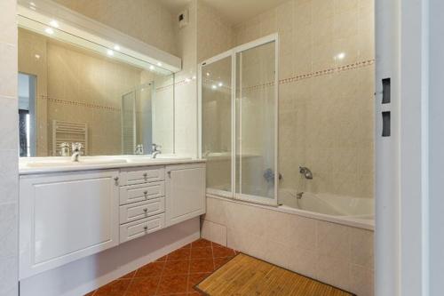 Rue d'Antibes,3 BathroomsBathrooms,Apartment,Rue d'Antibes,4,1072